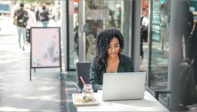 Illustration d'une jeune femme écrivant sur un ordinateur